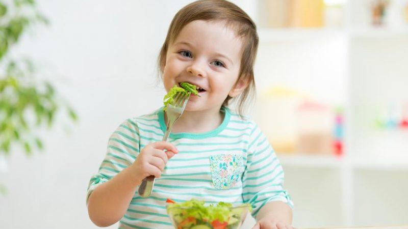 mẹ trẻ dạy con cách ăn uống